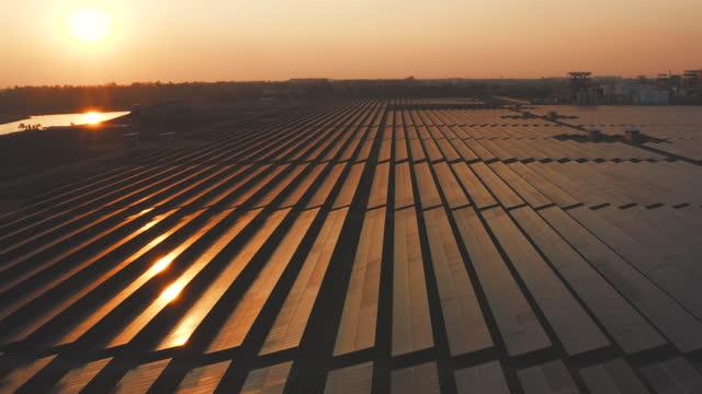 luftindustrielle solarenergiefarm zur erzeugung konzentrierter solarenergie - fuel and power generation stock-videos und b-roll-filmmaterial