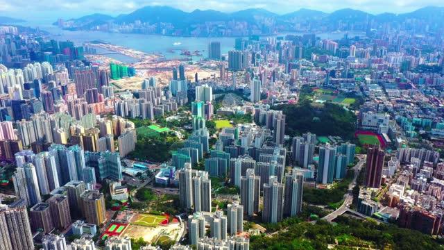vídeos de stock, filmes e b-roll de vista aérea de kowloon dia ensolarado tomado por drone, hong kong - expansão urbana