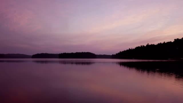 vídeos de stock, filmes e b-roll de lago aéreo ao nascer do sol, ontário, canadá - ontário canadá