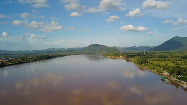 paesaggio aereo di un fiume mekong e alberi in una giornata di sole a nakornpamom, in thailandia. concetto: natura, vista, vacanza, viaggi - sunny video stock e b–roll