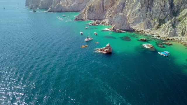 stockvideo's en b-roll-footage met aerial lockdown: moving past other boats in water - overige