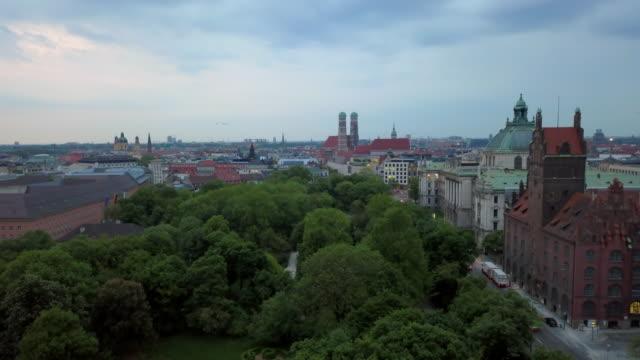 vídeos de stock e filmes b-roll de aerial lockdown: small park in the town of munich germany - munich, germany - alemanha