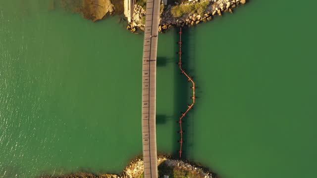 vídeos de stock, filmes e b-roll de aerial lockdown top view of people on bridge over sea during sunny day, drone flying over beach - tel aviv, israel - atividade recreativa