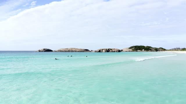 aerial lockdown: vibrant blue ocean with rocks in distance, white sky - esperance, australia - western australia bildbanksvideor och videomaterial från bakom kulisserna