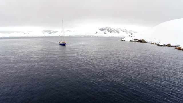 aerial long shot of boat among scenery of antarctica - landscape scenery点の映像素材/bロール