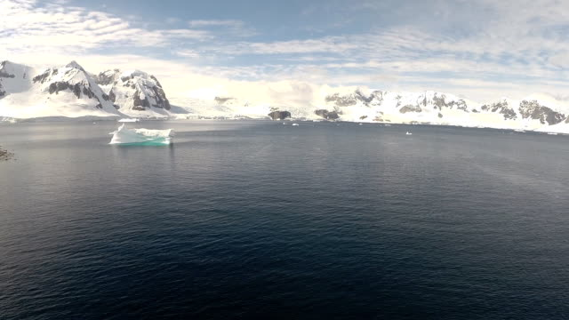 aerial long shot of yacht among scenery of antarctica - landscape scenery点の映像素材/bロール