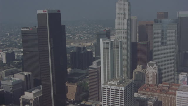 aerial long-shot of skyscrapers and high rise buildings in downtown los angeles. - usバンクタワー点の映像素材/bロール
