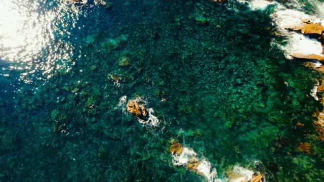 Luchtfoto blik naar beneden van de Stille Oceaan en koraalriffen in Laguna Beach, Californië.
