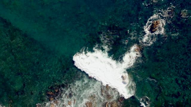 stockvideo's en b-roll-footage met luchtfoto blik omlaag schot van de golven breken langs de oceaan rif in zuid-californië. - laguna beach californië