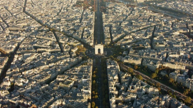 aerial looking at arc de triomphe in paris france, sunset - 凱旋門点の映像素材/bロール