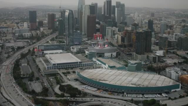 vídeos y material grabado en eventos de stock de aerial looking at downtown los angeles, ca morning - inclinado hacia arriba