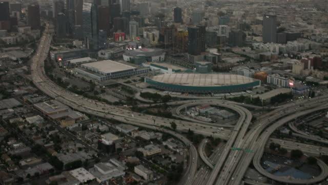 aerial looking at downtown los angeles, ca sunrise - visuellt hjälpmedel bildbanksvideor och videomaterial från bakom kulisserna