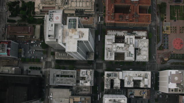 vídeos de stock e filmes b-roll de aerial looking directly down on downtown los angeles, ca - distrito financeiro