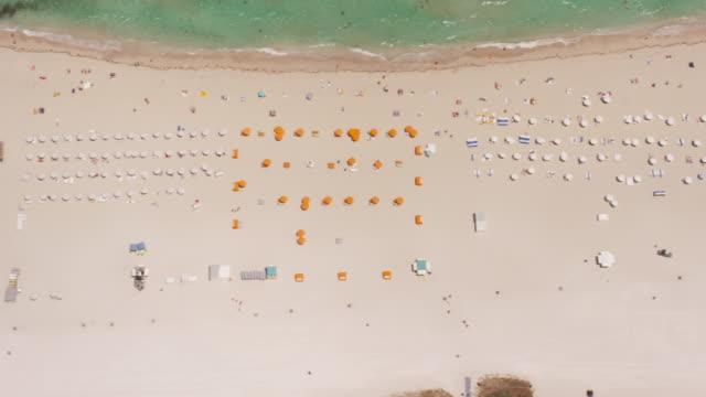 vídeos de stock, filmes e b-roll de aerial looking directly down on south beach, miami fl - chapéu de sol