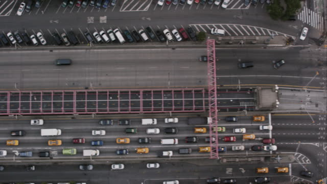aerial looking directly down on williamsburg bridge and delancy street going into manhattan nyc - lower east side bildbanksvideor och videomaterial från bakom kulisserna
