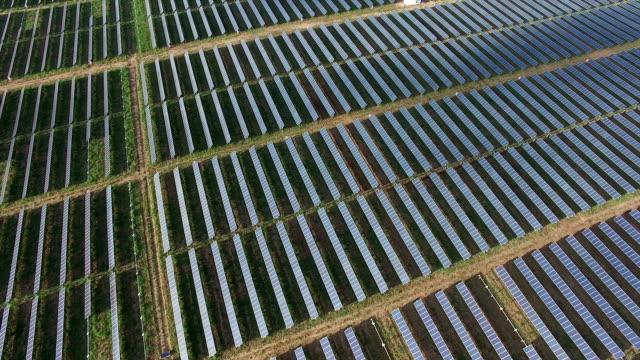 Luftbild: Blick hinunter auf Solar-Panels von oben als die Sonnenaufgänge