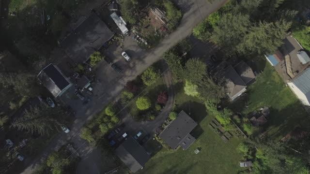 vidéos et rushes de vue aérienne de « regard vers le bas » de la barre d'or, la petite ville dans les montagnes dans l'état de washington, etats-unis du nord-ouest. vidéo de drone avec le mouvement de la caméra panoramique et ascendante. - nord ouest américain