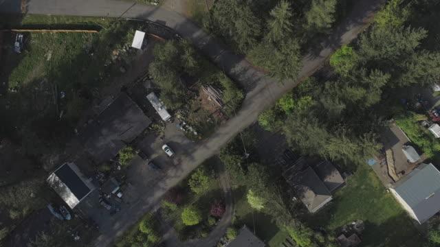 vidéos et rushes de vue aérienne de « regardant vers le bas » de golden bar, la petite ville dans des montagnes dans l'état de washington, etats-unis du nord-ouest. vidéo de drone avec le mouvement de la caméra panoramique. - nord ouest américain