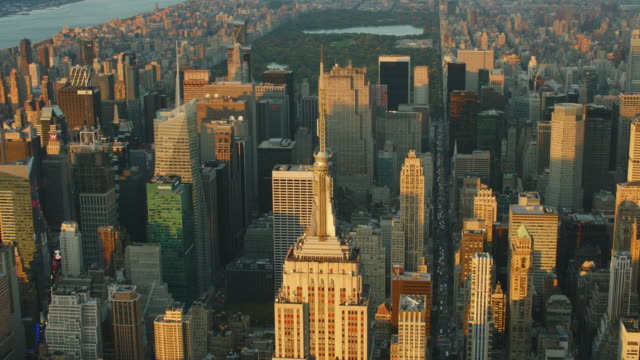 stockvideo's en b-roll-footage met aerial looking north at empire state building with central park and upper manhattan behind it - central park manhattan