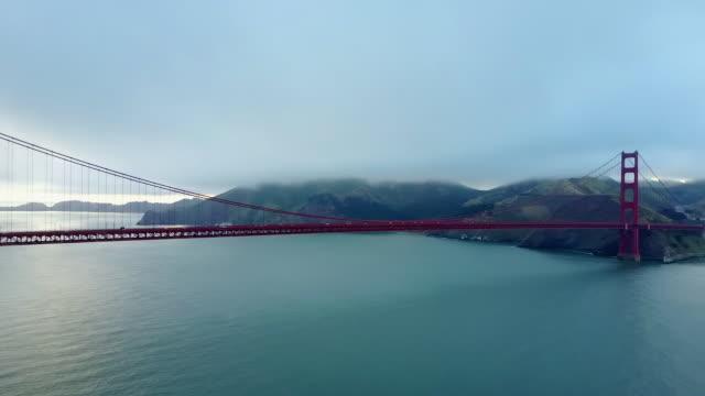 stockvideo's en b-roll-footage met aerial: magnificent pan, golden gate bridge - hangbrug