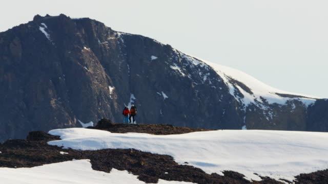 vídeos de stock e filmes b-roll de aerial male female climbers on alaska mountain snow - confiabilidade