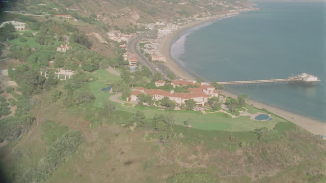 d/x aerial malibu/beach houses (1998) including cliff-top & hill top homes - malibu stock videos & royalty-free footage