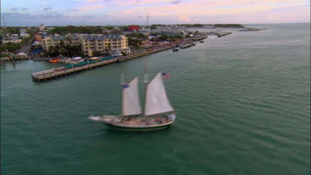vídeos de stock e filmes b-roll de aerial mallory square and waterfront/ key west - the florida keys