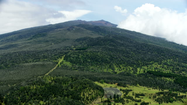 aerial mauna kea smoking dormant volcano farmland hawaii - ハワイ島点の映像素材/bロール