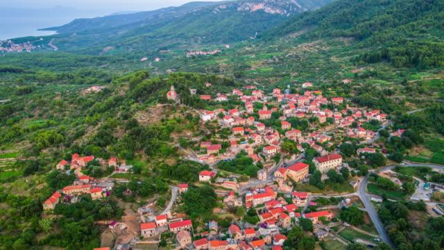 vídeos y material grabado en eventos de stock de antena: paisaje mediterráneo con pueblo en croacia - cultura croata