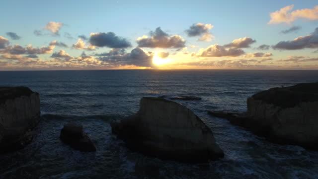 vídeos de stock, filmes e b-roll de aerial medium hover: 4k uhd sunset at shark tooth - coluna de calcário marítimo
