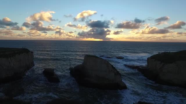 vídeos de stock, filmes e b-roll de aerial medium hover: sunset at shark tooth - coluna de calcário marítimo
