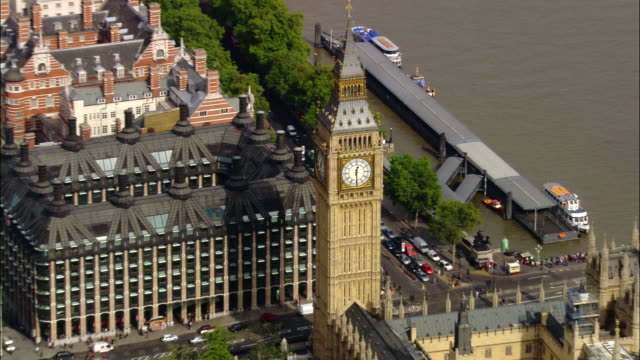 aerial medium shot pan big ben / zoom out parliament, westminster abbey, thames / london, england - finanzministerium stock-videos und b-roll-filmmaterial