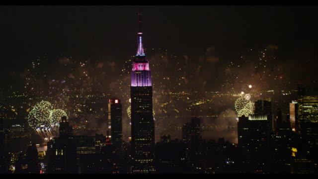 vidéos et rushes de aerial midtown nyc empire state building with fireworks - feu d'artifice