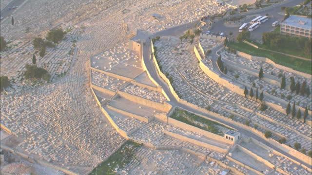 aerial mount of olives in eastern jerusalem, israel - avvenimento biblico video stock e b–roll