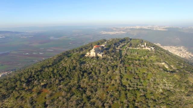 aerial/ mount tabor with jezreel valley in background ,galilee - religiöse darstellung stock-videos und b-roll-filmmaterial