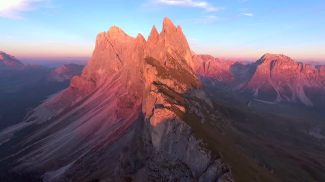 aerial: mountain at dusk - montagne rocciose video stock e b–roll