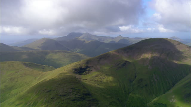 stockvideo's en b-roll-footage met aerial mountain range with low lying clouds on isle of mull / argyll and bute, scotland - mull