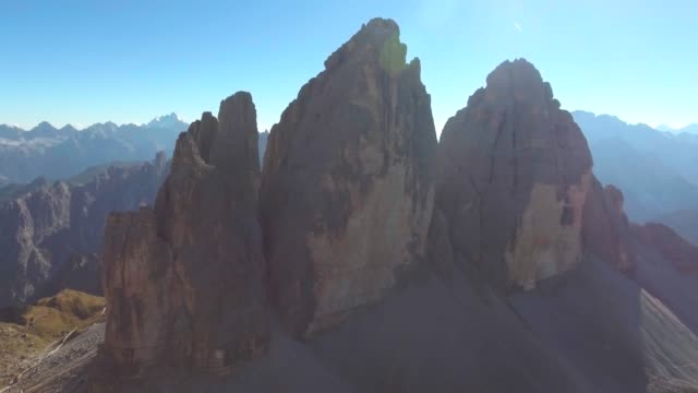 aerial mountain rock an tre cime dolomites - unesco welterbestätte stock-videos und b-roll-filmmaterial