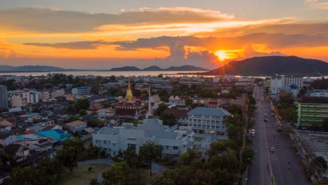 luftaufnahmen film der drohne hyper zeitraffer sonnenuntergang szene der bhudda pagode, songkhla, thaland - blickwinkel aufnahme stock-videos und b-roll-filmmaterial