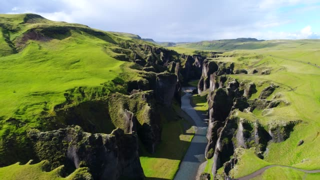 vídeos de stock e filmes b-roll de 4k aerial movie summer scene of fjadrargljufur canyon, a canyon in south east iceland - vale