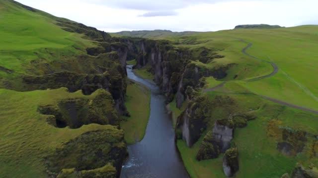 vidéos et rushes de 4k aérienne film scène d'été de fjadrargljufur canyon, un canyon en islande du sud est - mousse végétale