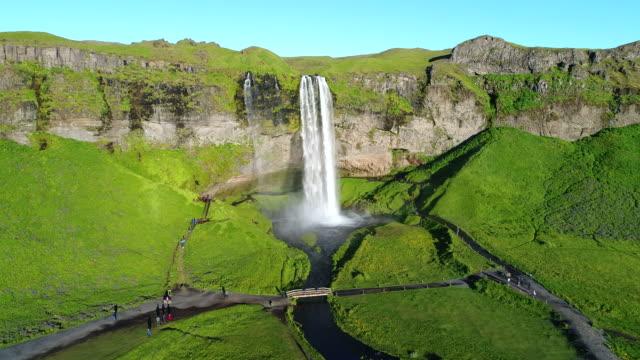 4K Aerial Film Sommer-Szene der Seljalandsfoss in der Region Süd in Island, Teil des Seljalands-Flusses, die ihren Ursprung in den Vulkan-Gletscher Eyjafjallajökull hat