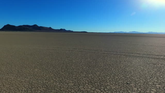 stockvideo's en b-roll-footage met aerial moving: exploring black rock desert - droog