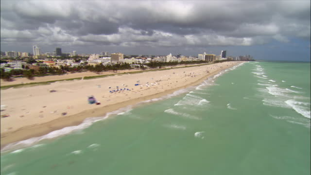 aerial moving north along south beach/ miami - マイアミ点の映像素材/bロール