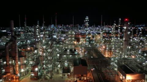 stockvideo's en b-roll-footage met luchtverplaatsing recht van de olieraffinaderij real time - antenne