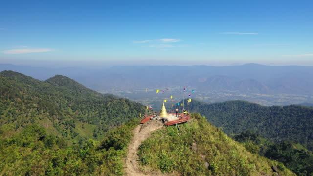 aerial: moving towards and over doi thong pai summit in pai, thailand - pai, thailand - tropiskt träd bildbanksvideor och videomaterial från bakom kulisserna