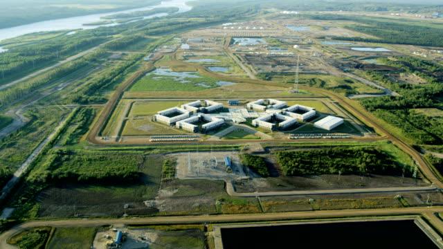 vídeos de stock e filmes b-roll de aerial mt logan lodge fort mcmurray - oleoduto