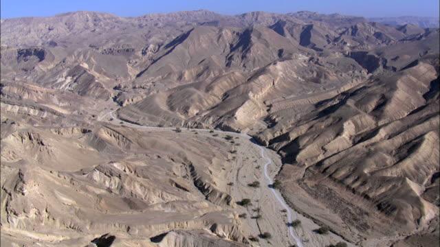 aerial mt. solomon and the city of eilat, southern negev, israel, eilat, arava, israel - weitwinkel stock-videos und b-roll-filmmaterial