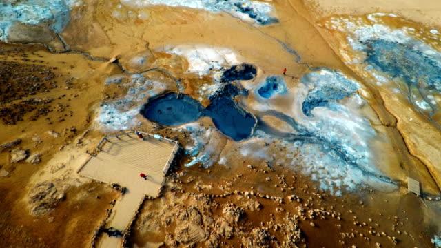 vídeos de stock, filmes e b-roll de vista aérea de lama no hverir aerea geotérmicas da islândia - islândia central