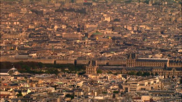 vídeos de stock, filmes e b-roll de aerial ws musee du louvre and surrounding cityscape with palais garnier opera house in background / paris, france - teatro de ópera